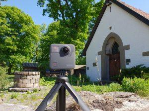 Bilde av et GoPro kamera utenfor kapellet på Borgarsyssel Museum